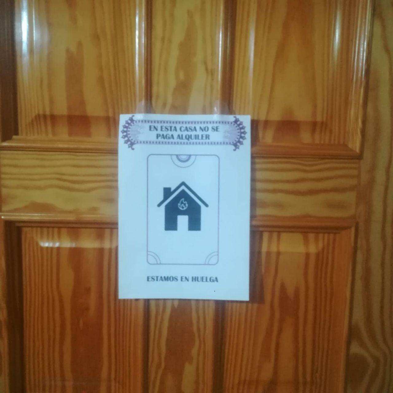 Cartel huelga en puerta casa